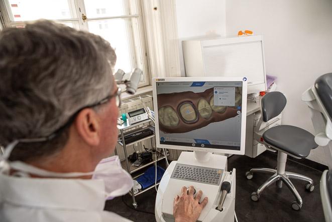 Dr. Piehslinger konstruiert Cerec-Zahnersatz am Computer